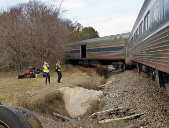 美国火车与挂车相撞 致列车脱轨
